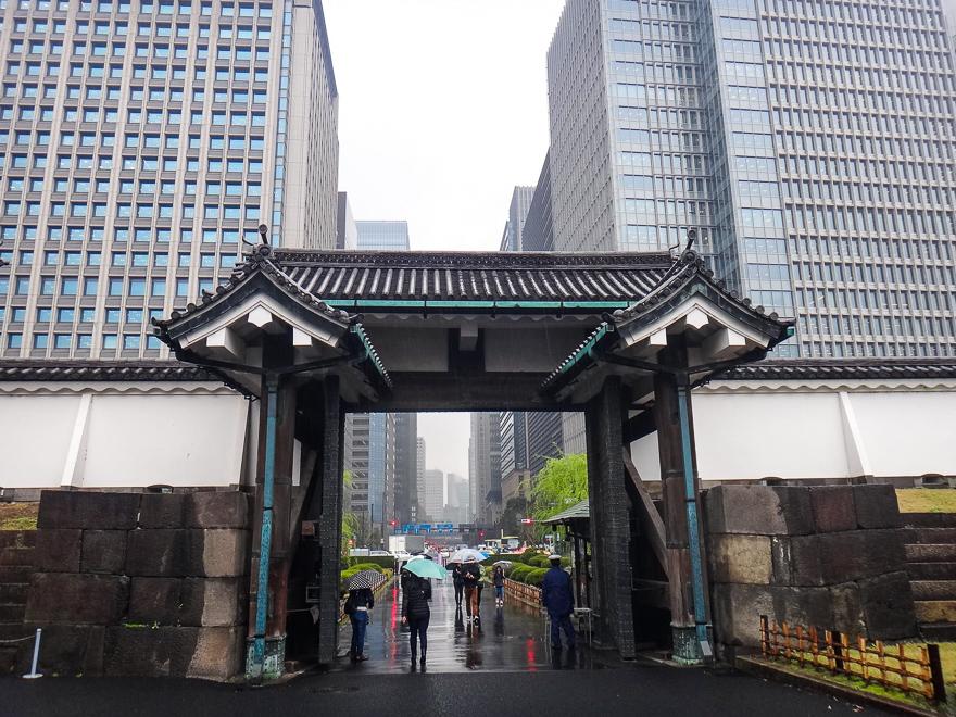 dica de viagem japao primavera chuvosa toquio portao palacio e predio